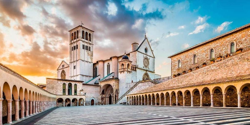 På en rejse til Umbrien kan du bl.a. opleve St. Francis basilikaen i Assisi.