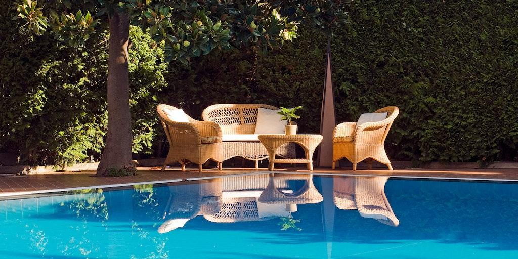 Hygge ved poolen på søsterhotellet Giordano.