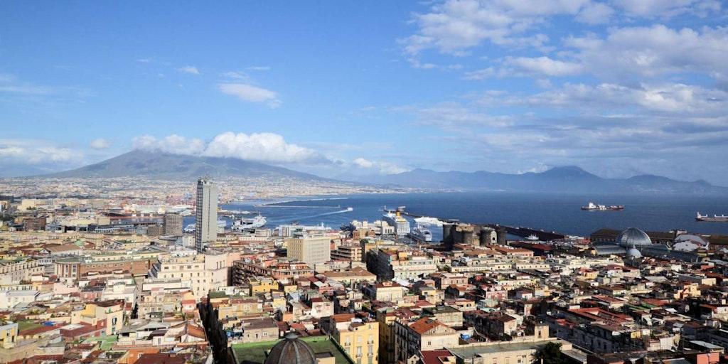 När du reser till Neapel får du bland annat se denna extraordinära utsikt över Medelhavet, staden och vulkanen Vesuvius