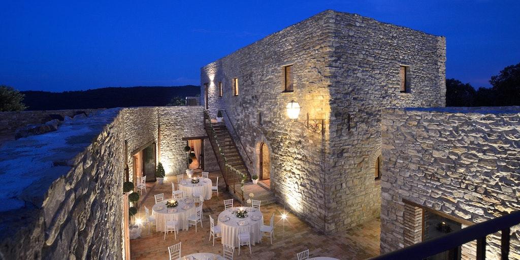 Du kan välja att äta ute på den närliggande borgen Sorgnano