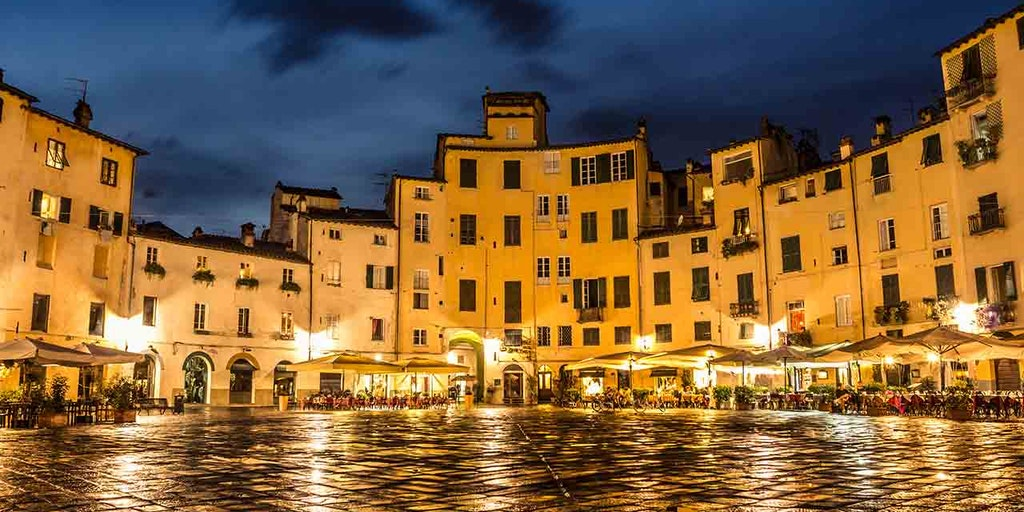 Det populära torget Piazza Anfiteatro i Lucca