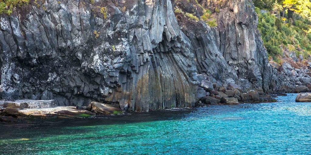 Lavaklipper ved nationalparken La Timpa tæt på Acireale