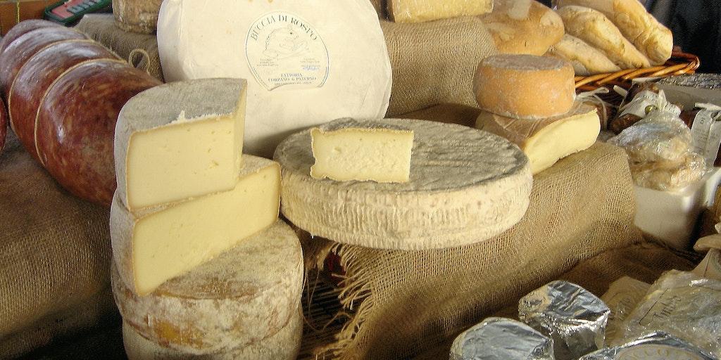 Die Käse-Auswahl auf dem Straßenmarkt