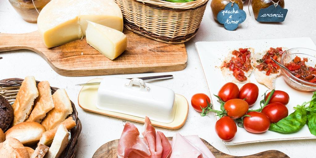Genießen Sie das Frühstück aus frischen Produkten