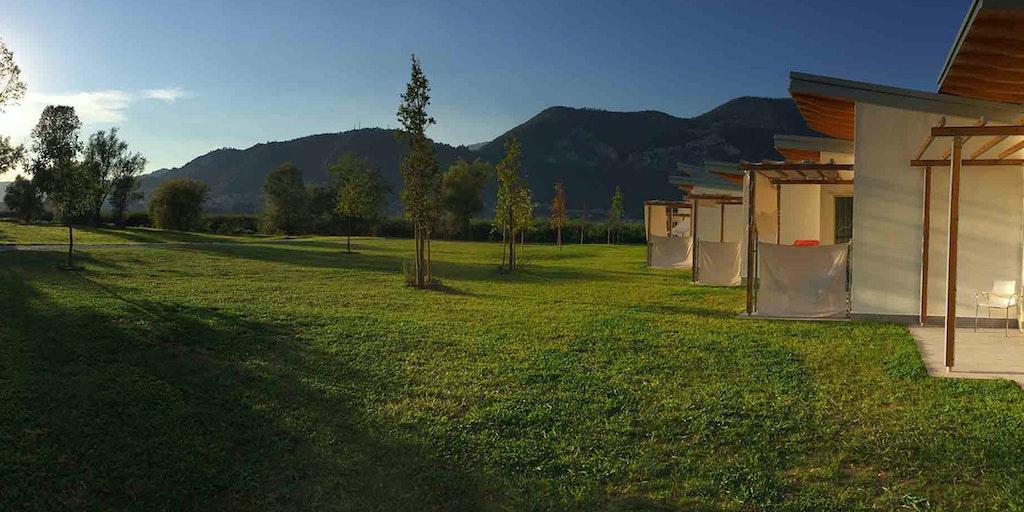 <p>Private Terrasse mit Blick auf das Grün</p>