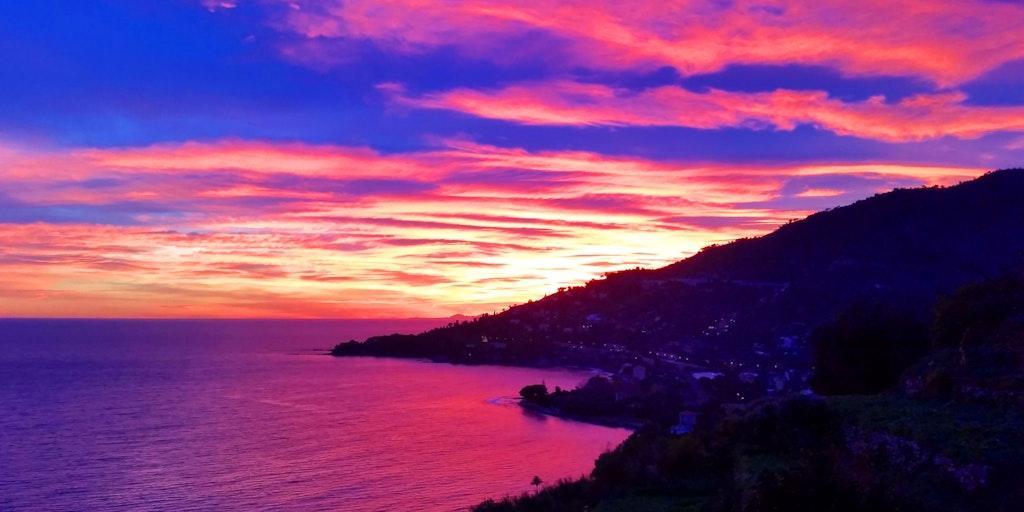 Solnedgang med stærke farver