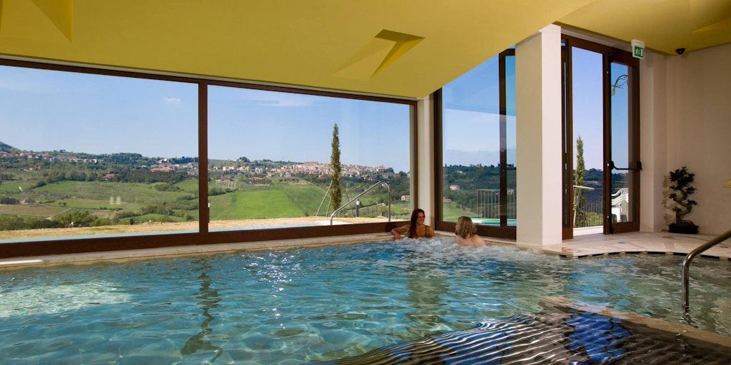 Wellnesscenter med vacker utsikt över landskapet - ett besök på Palazzo Bandino är en upplevelse värd även på de kalla årstiderna