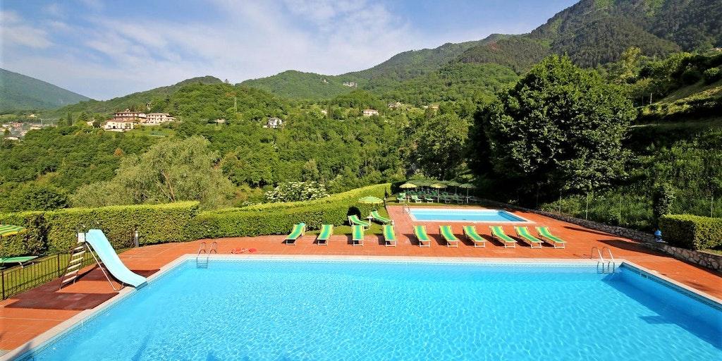 Gemensam pool som ligger ca. 100 meter från Balconi Casa Gardola