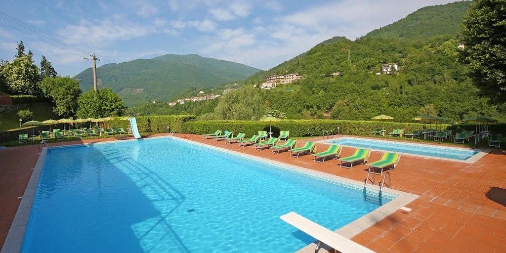 La piscine est de l'autre côté du parking à env. 100 mètres du Garnì Tignale