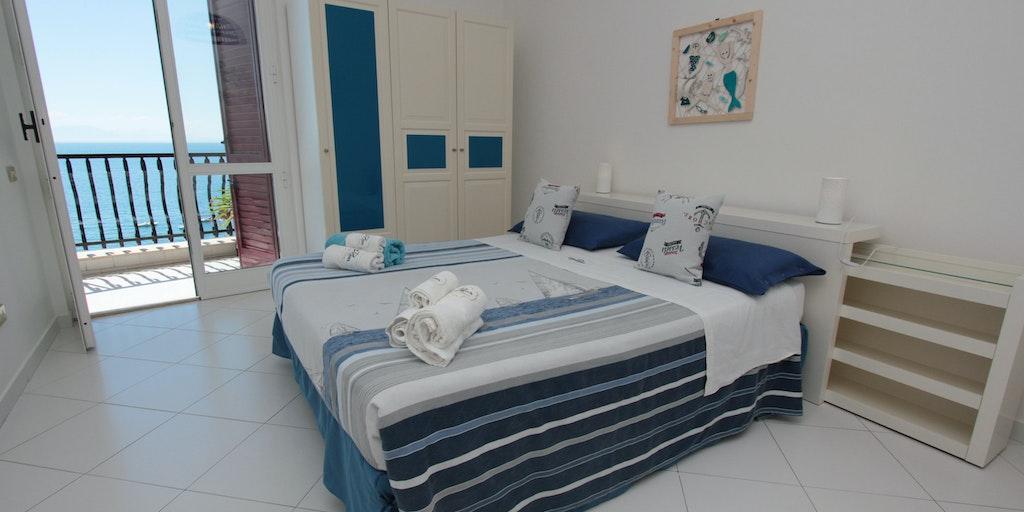 Soveværelset med udgang til terrasse og havudsigt i treværelseslejligheden