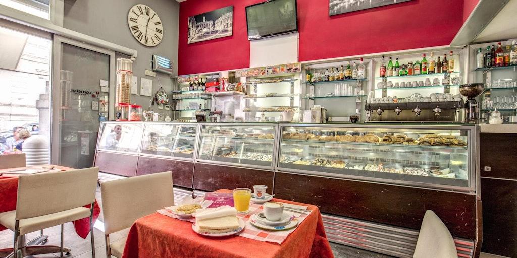 Det är på detta café du kan köpa till frukost genom hotellet.