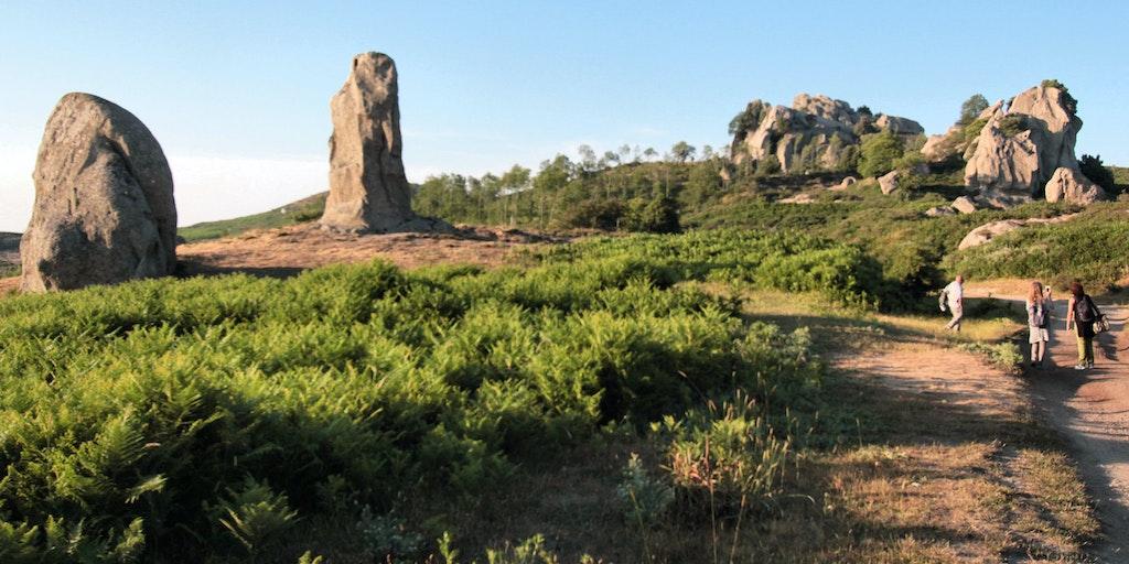 Stien fra vejen mod Argimusco klipperne viser to af de berømye klippe der repræsentere han- og hunkøn