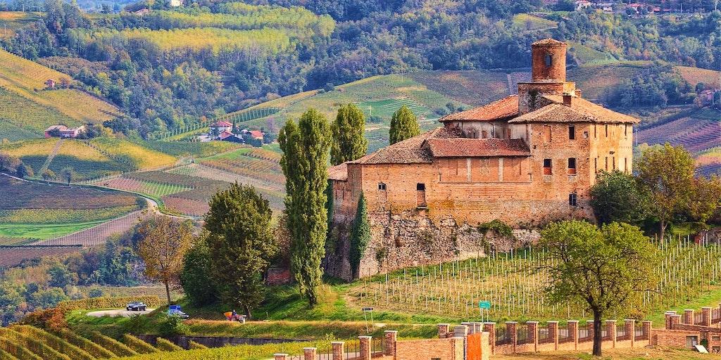 Tag på bilferie i Piemonte og oplev de smukke vinmarker