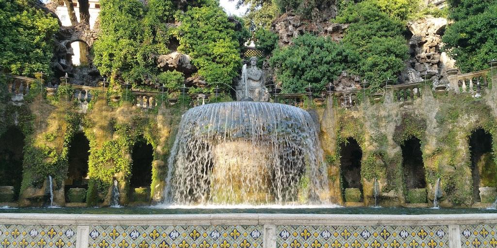 Villa d'Este ligger i byen Tivoli øst for Rom