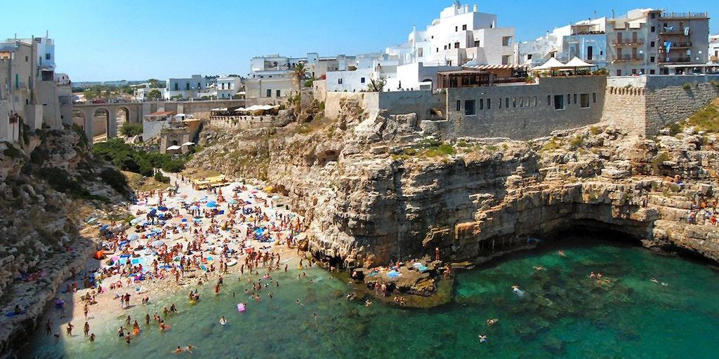 Das Hotel befindet sich am Ende des Felsens (rechts vom Strand)