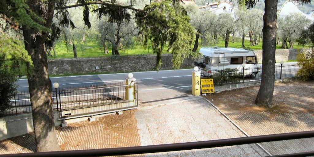 Udsigt mod vejen og olivenlundene