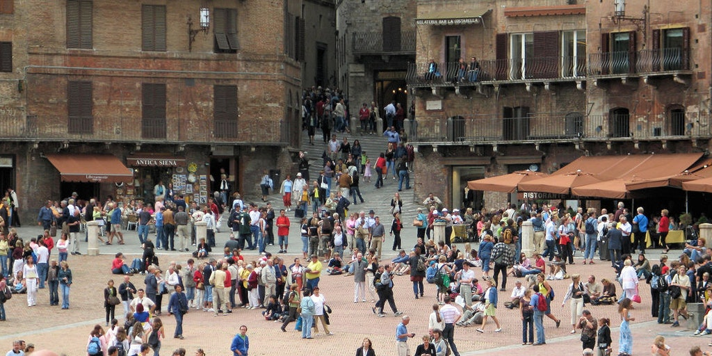 There is always life in Piazza del Campo