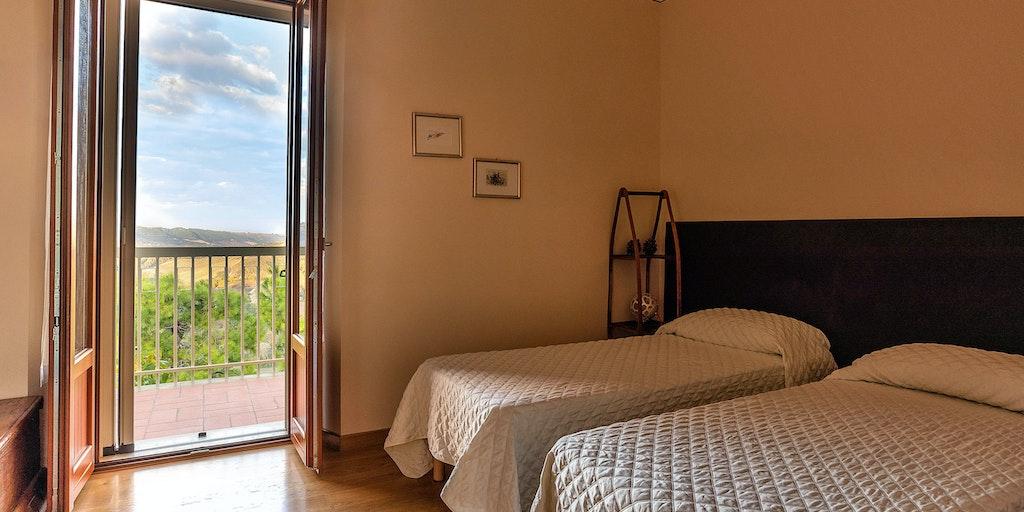 Lejlighed Pecorino - soveværelse med to enkeltsenge og udgang til balkon