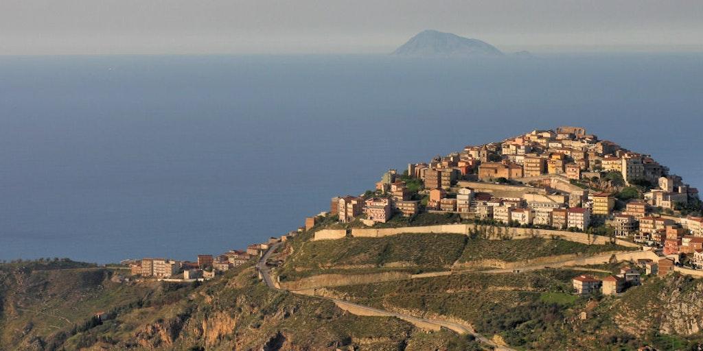 Udsigt over San Marco fra Nebrodi-bjergene bagved