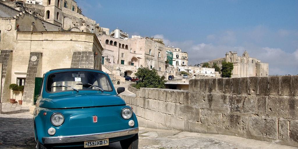 Une Fiat 500 dans le centre historique de Matera