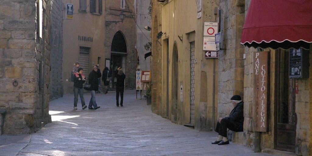 Via dei Sarti i det historiske sentrum av Volterra