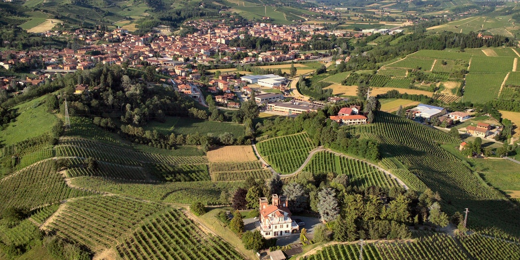 Surrounded by vineyards and close to the town of Canale d'Alba