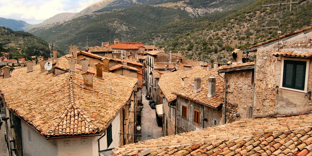 Characteristic, Scanno built on terraces