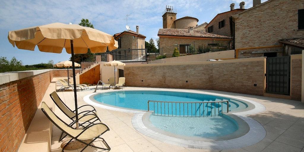 La terrasse ensoleillée de la piscine