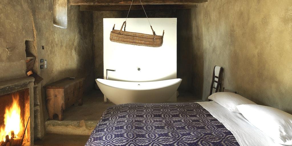 Många rum har fristående badkar.