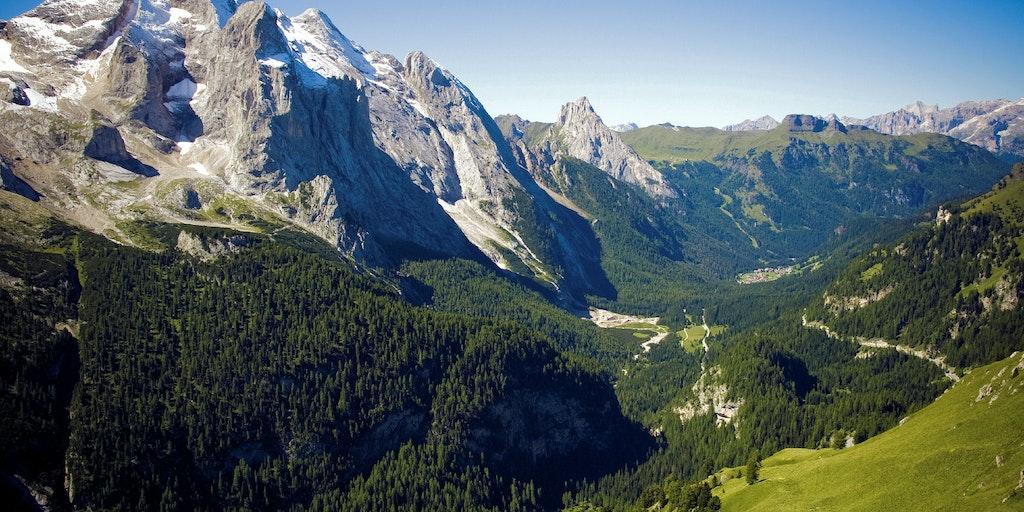 Majestetiske fjell og dype daler