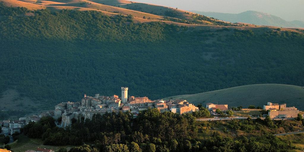 Das unverwechselbare Profil der Stadt in Erinnerung an eine vergangene Ära vor dem Erdbeben von 2009, als die Stadt noch seinen mittelalterlichen Turm hatte.