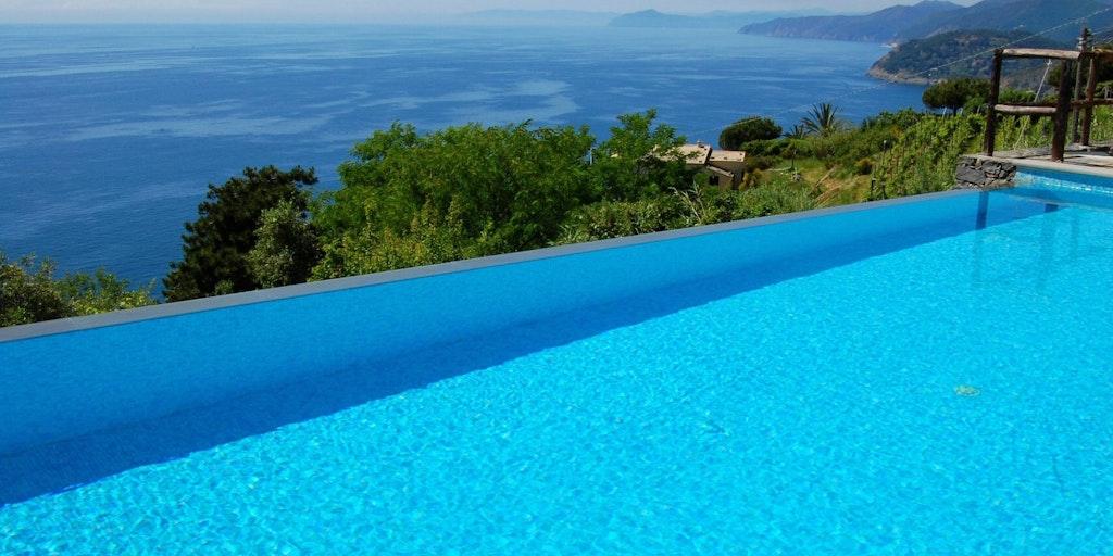 <p>La piscine et la mer se confondent</p>