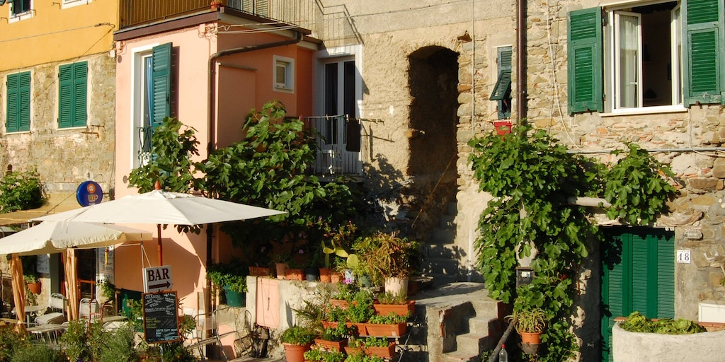 Caveccia is behind the pink extension and small balcony with the white door behind the fig tree