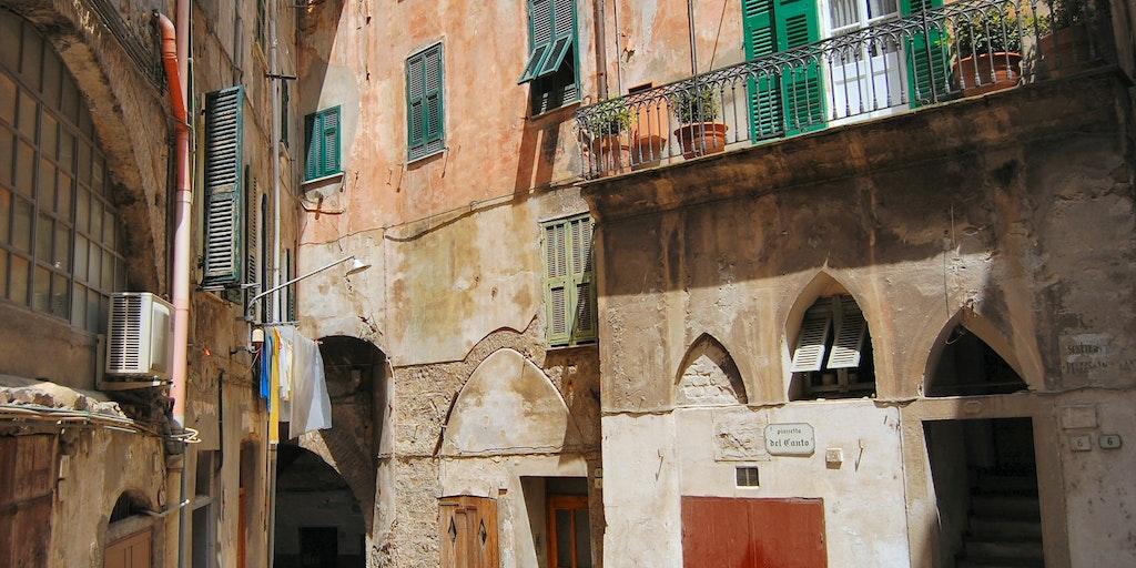 Balkong med utsikt till Ventimiglias stämningsfulla stadsdel