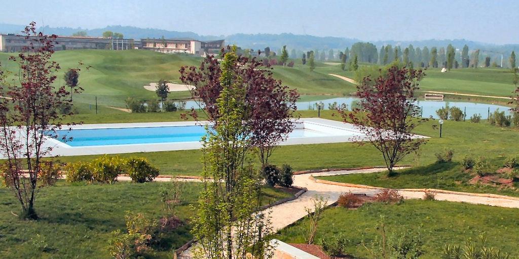 Swimmingpool mit Aussicht auf die Landschaft