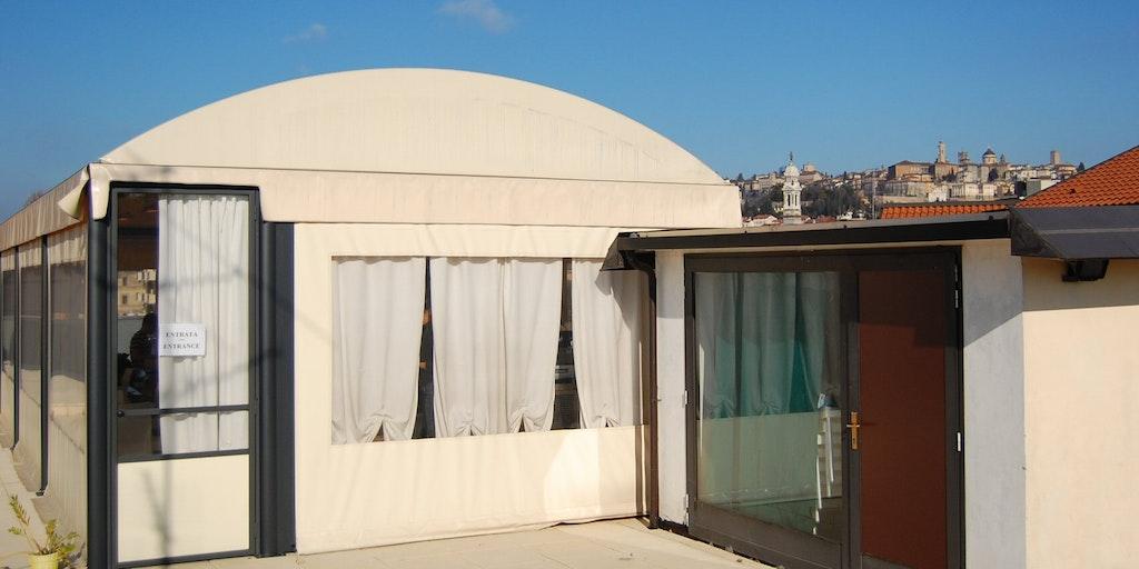 La salle de petit déjeuner est située sur la terrasse du toit