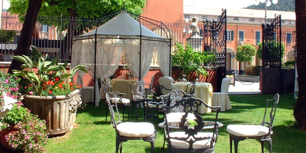 The garden at the main building, where breakfast can be enjoyed during the summer