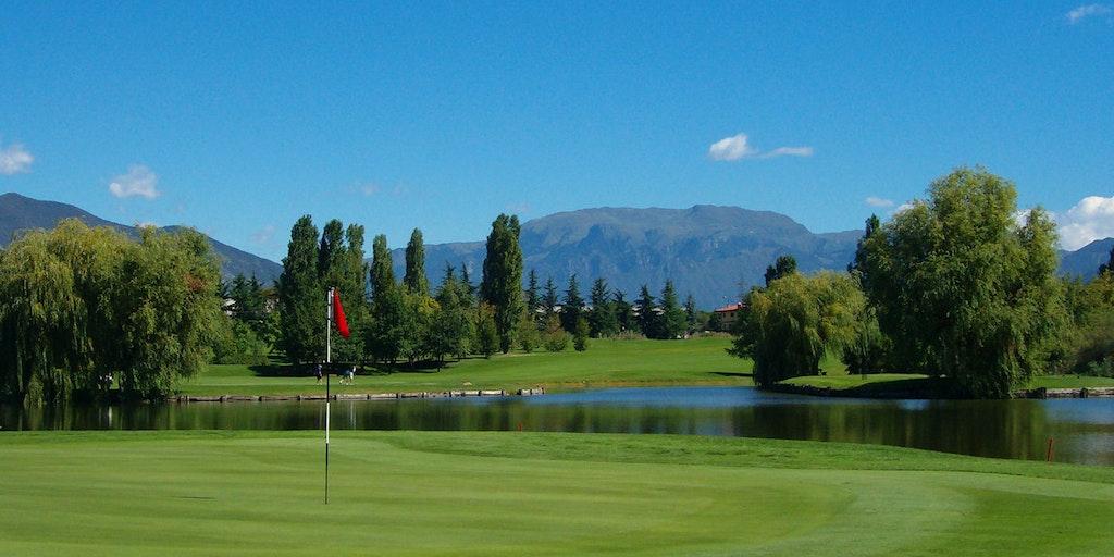 Le golf et la vue sur les montagnes