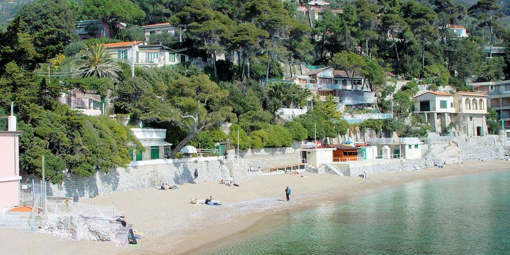 Den fina sandstranden i Fiascherino - hotellet kan skymtas till vänster (rosa)