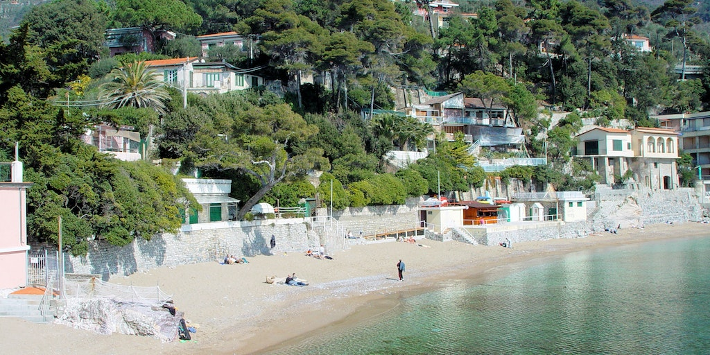 <p>The beautiful sandy beach of Fiascherino - hotel barely visible to the left of the picture (pink)</p>