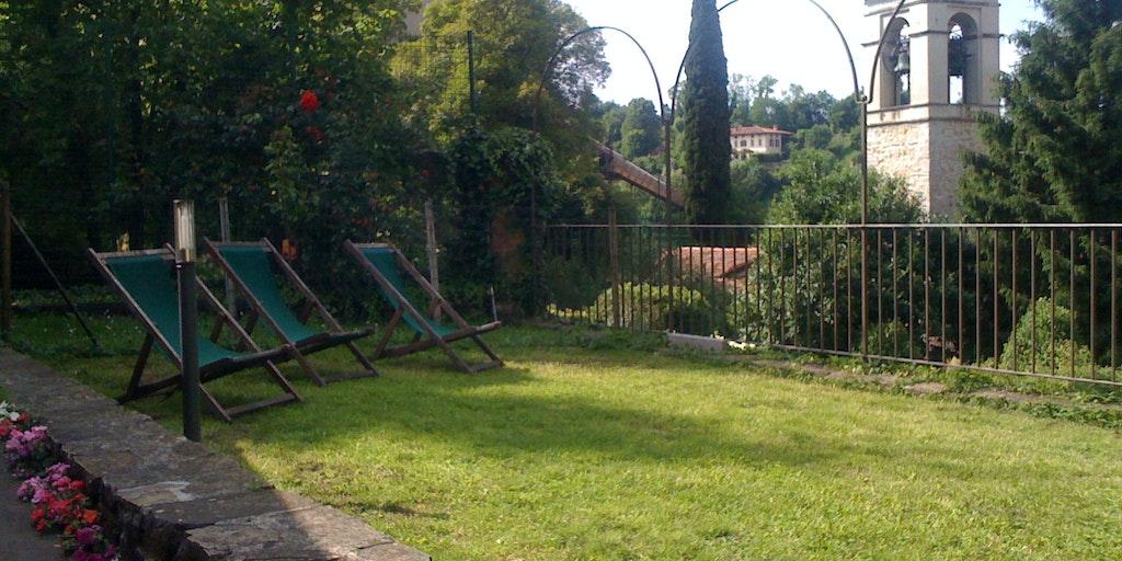 Fridfull trädgård mitt i Bergamos historiska stadsdel