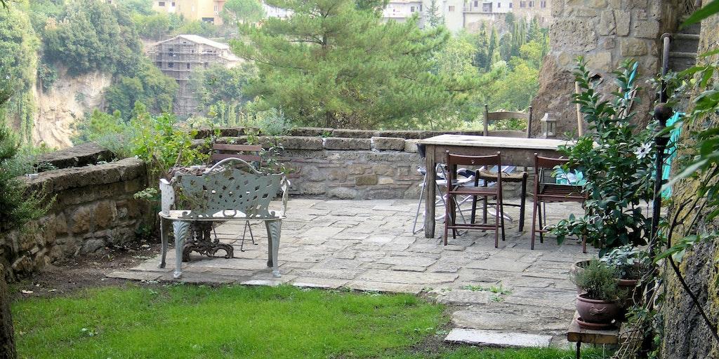 Terrass och trädgård med utsikt över dalen