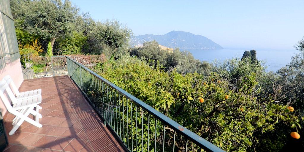 Från köket är det utgång till terrass med havsutsikt