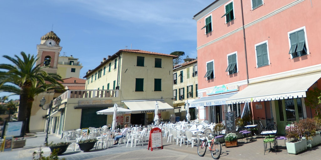 Albergo Vita Serena is situated on the market square in the pink building with the bright green door