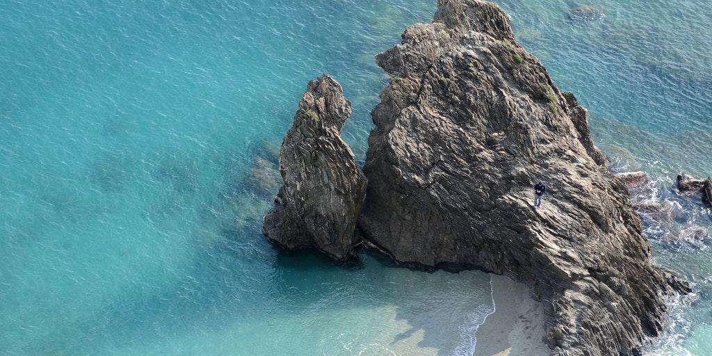 Die markanten Felsen am Strand von Monterosso