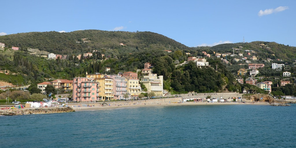 Hotel Florida Lerici is the yellow building between the pink