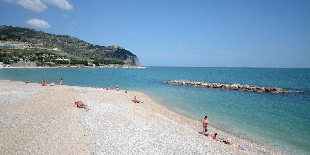 La longue plage blanche de Mattinata