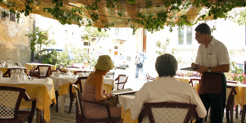 Lunch outdoors: a daily pleasure in the Italian autumn.