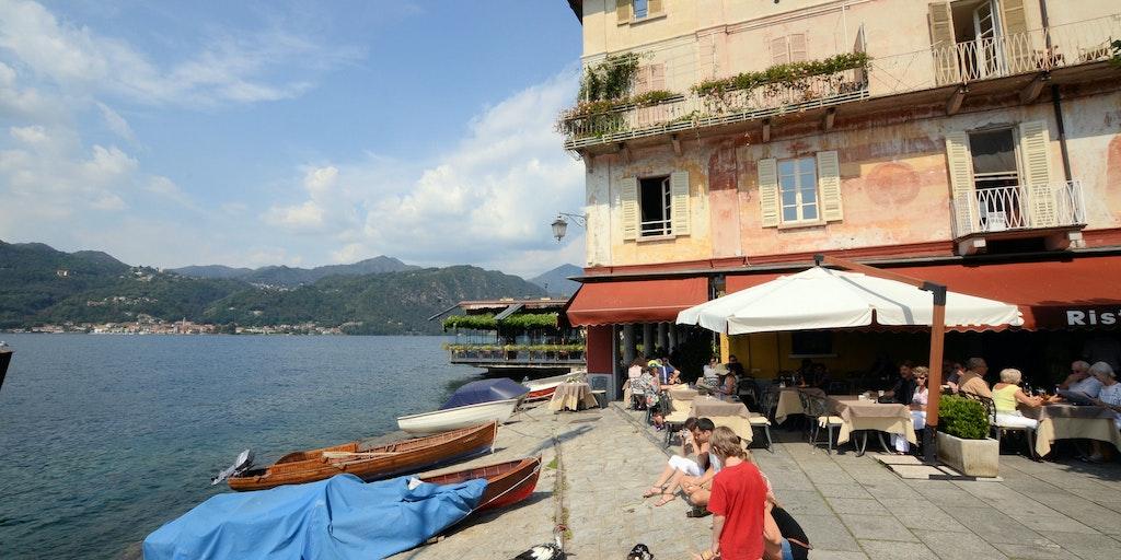 La place Piazza Motta et la vue sur le lac