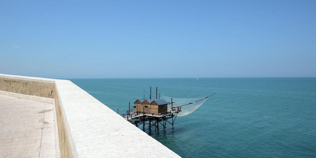 Der er en smuk Middelhavspromenade lige omkring hjørnet - ingen af værelserne har præcist denne udsigt